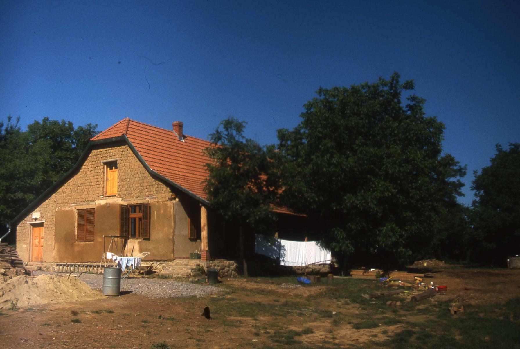 Dióliget.-Földház-tapasztása-1998